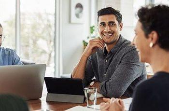 Não sabe como se posicionar em uma reunião? Veja 7 formas!