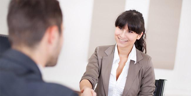 Como a timidez pode interferir em entrevistas de emprego?